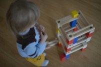 dziecko z zabawkami