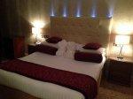 posłane łóżko hotelowe