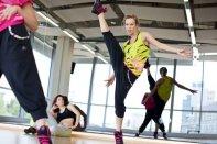 kobiety ćwiczące w damskich adidasach